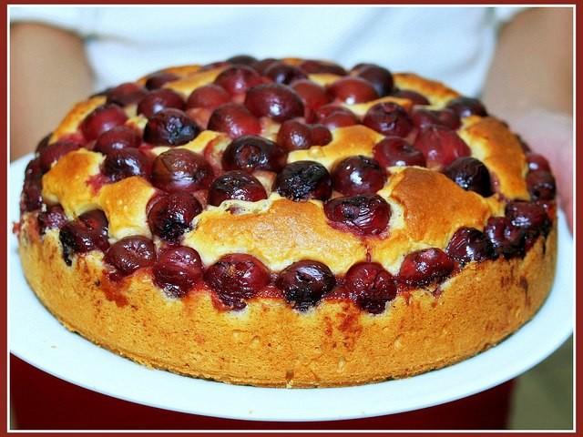Простой пирог с вишней на кефире.