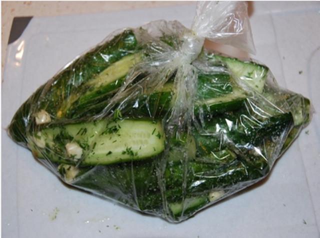 Рецепт малосольных огурцов в целлофановом пакете
