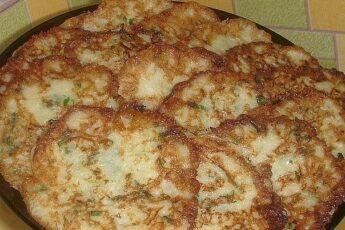 Оладушки из кабачка с сырком ,зеленью и чесночком.