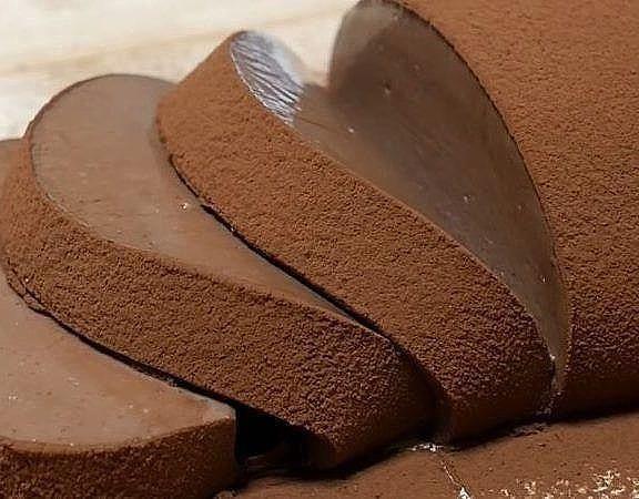 Такой вкуснятины вы точно ещё не пробовали! Нежнейший, кремовый, тающий во рту десерт. Он очень вкусный, в меру сладкий, а ещё очень-очень шоколадный!