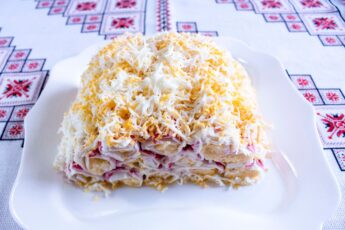 Ингредиенты 12 шт крабовых палочек 200 гр твердого сыра 2 зубчика чеснока 2 вареных яйца майонез по вкусу
