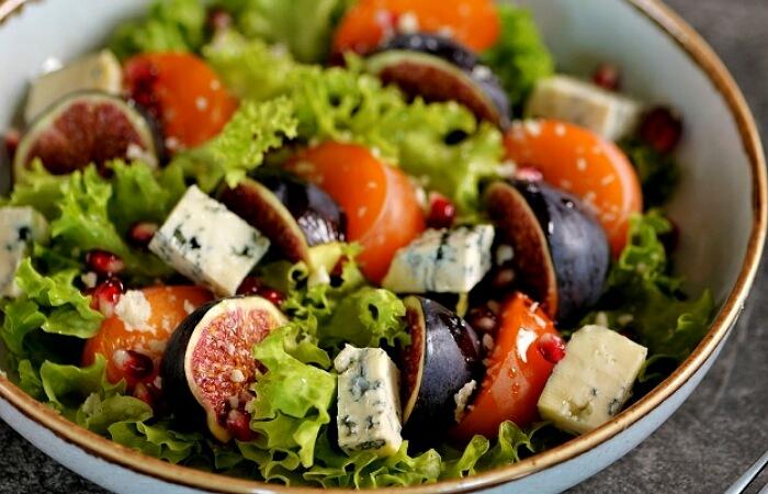 Изумительно вкусный салат с хурмой, инжиром и сыром Борблю