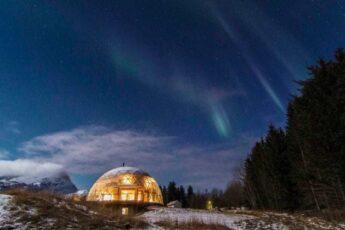 В Арктике семья с 4 детьми построила и живет в самодостаточном саманном доме под стеклянным куполом (+Фото)