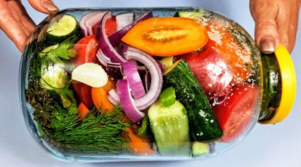 Просто сложите овощи в банку и уберите в холодильник. Рецепт простой и вкусной закуски