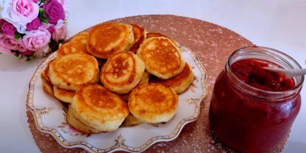 Готова печь их каждый день! Творожные оладьи как пончики: вкусные и пышные, завтрак за 15 минут